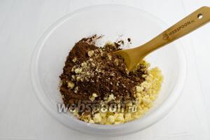 В оставшуюся мучную крошку (2/3) добавить какао (3 ст. л.). Перемешать. На дно формы (диаметр 23 см) выложить пергаментную бумагу и высыпать шоколадную крошку. Разровнять.