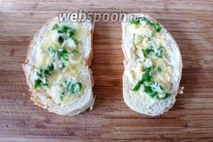 На каждый кусок хлеба положим по несколько ложек яично-сырной массы. Аккуратно соединим оба кусочка вместе.