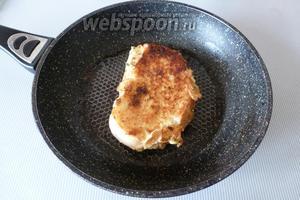 На разогретую сковороду положим кусочек сливочного масла (1 ст. л.) и обжарим на умеренном огне с обоих сторон под крышкой. Яйцо запечётся, а сыр расплавится. Сэндвич на сковороде готов!