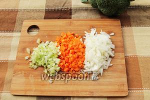 Нарезаем маленькими кубиками 1 луковицу, 1 морковь и 1 лист сельдерея.