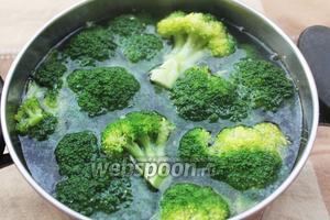 Теперь наливаем холодную в воду в кастрюлю, выкладываем туда тушёные брокколи, солим (1 г) и варим 10 минут.