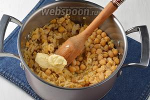 Когда нут будет готов, отвар слить, а в нут добавить сливочное масло (30 г) и размять толкушкой до состояния пюре.