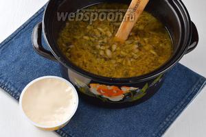 В кастрюлю с картофелем выложить морковь, луково-грибную смесь, 200 г плавленого сыра. Довести до кипения, перемешать, чтобы сырки полностью растворились, и готовить 2-3 минуты.