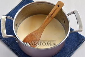 Молоко (200 мл), сливки (300 мл) и сахар (70 г) поместить в сотейник и довести до кипения, время от времени помешивая, чтобы растворился сахар.