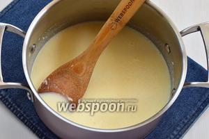 Снять смесь с огня. Оставить на 2-3 минуты, чтобы смесь немного остыла, ввести набухший желатин с молоком и размешивать до полного растворения желатина.