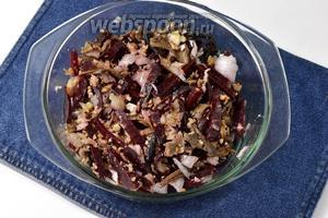 Перемешать. Приправить по вкусу солью, уксусом и перцем. Салат из свёклы и грибов готов.
