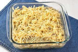 Сверху посыпать натёртым сыром (200 г).