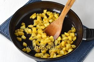 Картофель (5 штук) очистить, порезать кубиками и обжарить на части подсолнечного масла почти до готовности. Приправить солью (0,75 ч. л.).