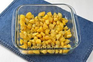 В жаропрочную форму выложить картофель.