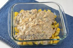 На картофель выложить грибную смесь.