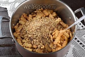 Соединить крем, 600 г печенья, кокосовую стружку (5 ст. л.) и измельчённые орехи. Хорошо перемешать.