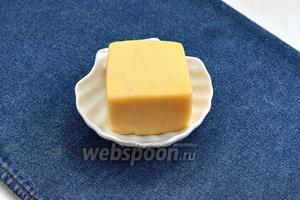 Для работы нам понадобится всего один ингредиент: твёрдый сыр.