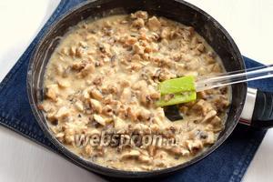 Соединить грибы, лук, куриное филе и муку. Хорошо перемешать. Добавить сливки (200 мл), приправить солью (1 ч. л.) и перцем (0,3 ч. л.). Готовить, помешивая, 2-3 минуты.