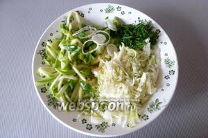 Соединим все овощи и зелень в тарелке.