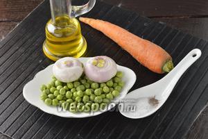 Для работы нам понадобится свежий молодой горошек, морковь, лук, соль, перец, подсолнечное масло.