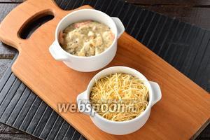 В небольшие формы выложить грибную массу с креветками. Сверху натереть сыр (50 г).