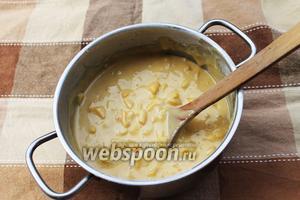 Порежьте кубиками яблоки (2 штуки) и персики (2 штуки), очищенные от кожуры. Сбрызните лимонным соком (25 мл) и быстро добавьте к тесту, хорошо перемешав.