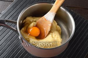 Снять с огня и остудить немного (2-3 минуты). А дальше по 1 вмешивать в тесто яйца (всего 4 штуки). Каждое следующее яйцо вмешивать только после того, как полностью вмешается предыдущее.