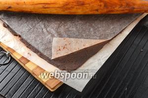 Поместить тесто между двумя листами пергаментной бумаги и раскатать в слой толщиной 1-2 мм. Положить в морозильную камеру минимум на 1 час.