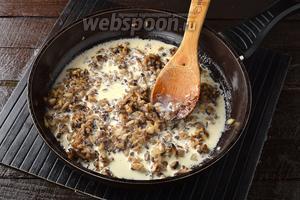 Добавить сливки (120 мл) и готовить 1 минуту. Приправить солью (0,75 ч. л.) и перцем (2 щепотки).