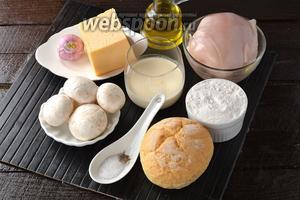 Для работы нам понадобится куриное филе, шампиньоны, твёрдый сыр, лук, подсолнечное масло, булочки, соль, перец.