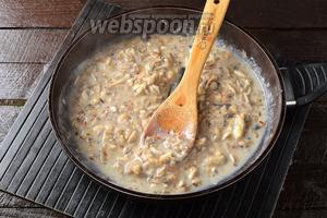 Влить сливки (100 мл). Готовить, помешивая, 1 минуту. Приправить по вкусу солью и перцем.