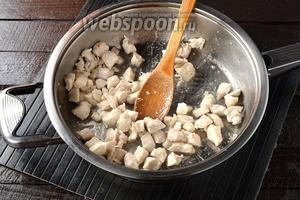 На другой сковороде обжарить на остальном подсолнечном масле (2 ст. л.) до готовности куриное филе, порезанное небольшими кусочками.