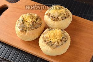 Готовить в предварительно разогретой до 180°С духовке до расплавления сыра (4-5 минут).