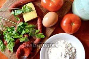 Для приготовления пиццы нам понадобится мука, яйцо, кефир, помидоры, охотничьи колбаски (можно что-то другое), томатная паста, сыр, майонез и зелень для украшения.