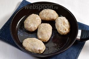 Обжарить зразы с двух сторон до золотистой корочки, на горячей сковороде с подсолнечным маслом (всего 7 ст. л.). Затем добавить в сковороду 5-6 столовых ложек воды, закрыть крышкой и пропарить 5 минут.