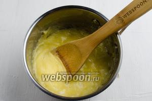 Как только на поверхности образуются пузыри, добавить лимонный сок (1 ст. л.). Ещё недолго помешать и снять с огня, чтобы карамель не стала твёрдой.