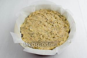 На слой вишни выложить тесто. Разровнять его по всей форме. Поставить форму в горячую духовку. Выпекать пирог в течение 50 минут при температуре 180°С до сухой лучины.