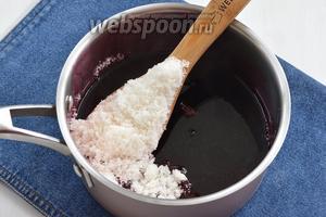 Чернику откинуть на дуршлаг, а отвар процедить и соединить с сахаром (1,5 кг). Довести смесь до кипения и полного растворения сахара.