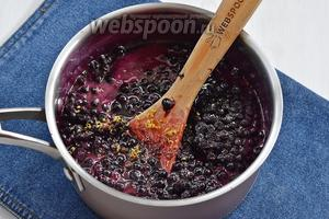 В кипящий сироп опустить чернику, лимонный сок и цедру и проварить 2 минуты на среднем огне. Снять с огня и полностью остудить, накрыв полотенцем.
