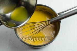 Влить желатиновую массу к сливочному пюре из абрикосов.