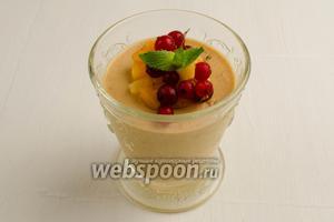 Остывший десерт вынуть из холодильника. Украсить дольками абрикоса, листьями мяты, ягодами. Подавать на десерт.