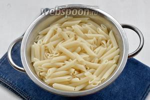 Откинуть макароны на дуршлаг и дать стечь отвару.