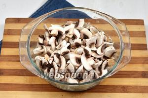 Добавить почищенные и порезанные шампиньоны (300 г).