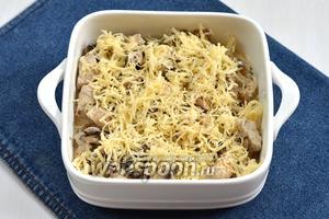 Посыпать натёртым сыром (100 г).