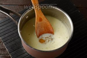 Молоко (1 стакан) подогреть до 45°С вместе с мёдом (2 ст. л.) и сахаром (3 ст. л.). Перемешать, чтобы мёд и сахар растворился.