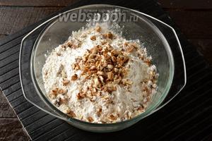 Отдельно просеять муку (330 г) и соду (1,5 г). Добавить порезанные орехи.