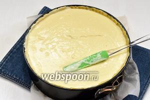 Вылить тесто в чашу из теста и отправить в предварительно разогретую до 175°С духовку на 90 минут. Когда чизкейк начнёт сверху румяниться, прикрыть его фольгой или пергаментной бумагой.