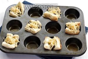 Наполнить подготовленные корзинки грибной начинкой, посыпать натёртым сыром (100 г).