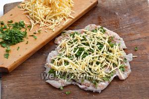 Посыпать натёртым сыром (120 г) и порезанной петрушкой (25 г).