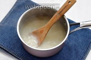 В холодной воде несколько раз промыть рис (0,75 стакана) и отварить его почти до готовности.