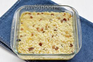Небольшую форму смазать сливочным маслом (0,5 ст. л.) и выложить в форму рисовую массу.