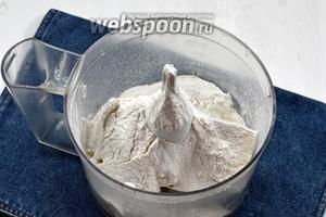 В чаше кухонного комбайна (насадка «металлический нож») соединить муку (1 стакан) и сливочное масло (150 г).
