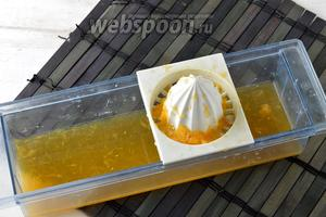 Из апельсина (0,5 шт.) выжать сок.