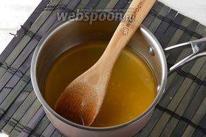 В сотейнике соединить 150 мл воды и апельсиновый сок. Довести до кипения и проварить 1 минуту. Охладить до комнатной температуры.
