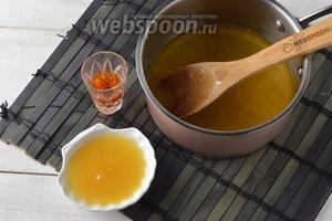 Добавить мёд (2 ст. л.) и коньяк (30 мл). Перемешать до полного растворения мёда.